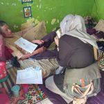 Penyaluran bansos oleh pihak kelurahan Cipadung yang dilakukan door to door pada warga yang sakit.