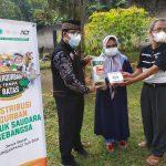 Ketua ICMI Orwil Jabar Pro. Dr, Najip MAg nyerahkan bantuan secara simbolis kepada warga.