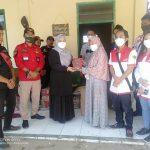 Anggota DPRD Kota Bandung Nunung dan LSM PMRI berikan bantuan