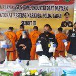 Kabid Humas Polda Jabar, Kombes Pol Erdi A Chaniago (kiri), saat konferensi pers pengungkapan kasus peracik obat ilegal