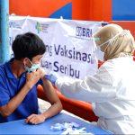 ILUSTRASI: Petugas Kesehatan melaksanakan vaksinasi. (ISTIMEWA)