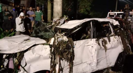 Kendaraan roda empat jenis Toyota Veloz berhasil dievakuasi petugas Diskar PB Kota Bandung setelah hanyut di sungai.