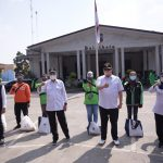 Menteri Koordinator Bidang Perekonomian Airlangga Hartarto bersama para penerima bantuan yang diberikan simbolis di depan kantor Wali Kota Bogor