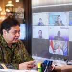 Meteri Koordinator Bidang Perekonomian Airlangga Hartarto sedang melakukan koordinasi secara virtual dalam evaluasi rapat kerja.