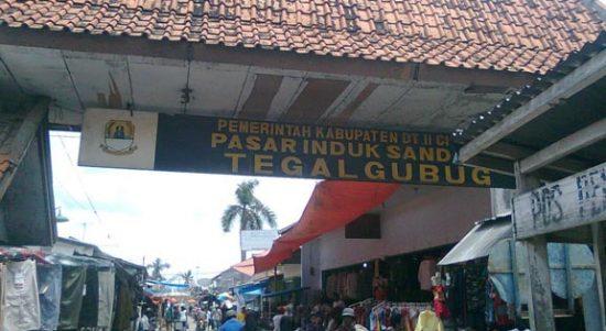 Pasar Tegalgubug yang menjadi sentra penjualan tekstil di Kabupaten Cirebon