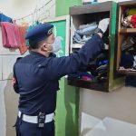 Petugas Lapas sedang melakukan pemeriksaaan di sel tahanan Lapas Jelekong Kabupaten Bandung