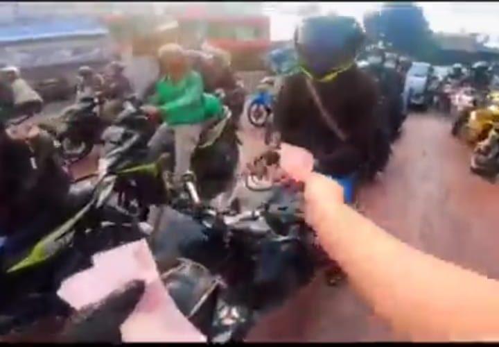 Pria Misterius bagi bagikan uang di Kota Bandung