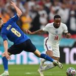 Raheem Sterling (kanan) saat laga melawan Italia. Foto: Twitter @EURO2020