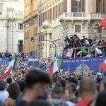 Parade juara Timnas Italia yang berlangsung di kota Roma. Foto: (Footballl Italia)