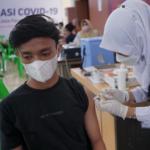 ILUSTRASI: Seorang warga melakukan vaksinasi COVID-19 dosis pertama. (ANTARA/Khalis)