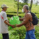 Seorang ASN dari Dinas Pemberdayaan Masyarakat Desa (DPM Desa) memberikan paket sembako kepada warga desa yang ditemuinya langsung di pelosok daerah