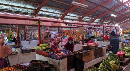 Hari Keempat PPKM Darurat Kondisi Pasar Tradisional masih terpantau sepi, Pasar Melong, Selasa (6/7).(Intan Aida/Jabar Ekspres)