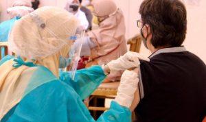 Petugas Kesehatan sedang memberikan vaksin anti Covid-19 kepada seorang Pelajar di Kota Bandung.
