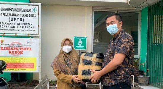 Ketua Fraksi PDIP DPRD Kabupaten Bandung, M. Lutfi Haffian memberikan bantuan pada Dinkes Kabupaten Bandung UPTD Kecamatan Cicalengka.