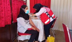 Petugas PMI Kota Depok sedang melakukan vaksin kepada warga