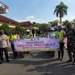 Polresta Bandung dan Kodim 0624/Kab. Bandung bagikan sembako 3000 paket, Jumat (16/7). (Yully S Yulianty/Jabar Ekspres)