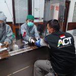 Salah satu relawan ACT Cimahi sedang di tahap screening sebelum melanjutkan tahap penyuntikan vaksinasi oleh nakes di Klinik Budi Luhur. (ACT Cimahi)