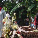 Aktivitas di sekitar pemakaman COVID-19, Kihapit, Kota Cimahi.
