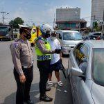 Petugas Satlantas Polres Cimahi memeriksa surat dari pengendara dari luar KBB.