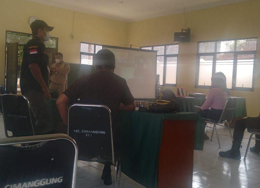 Suasana persidangan perusahaan PT Ibara Lioho Indonesia dan PT Kingduan Industrial Indonesia secara virtual di Kecamatan Cimanggung, Kabupaten Sumedang, Rabu (21/7). (Yanuar Baswata/Jabar Ekspres)