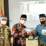 Bupati Bandung, Dadang Supriatna (tengah) dalam acara Mimbar Sarasehan Kontak Tani Nelayan Andalan (KTNA) dan Launching Kartu Tani di Aula Oryza Satyva Dinas Pertanian (Distan), Soreang, Kamis (22/7).