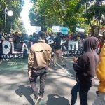 DEMONSTRASI: Unjuk rasa tolak perpanjang PPKM Darurat di Kota Bandung, kemarin. (Sandi Nugraha/Jabar Ekspres)