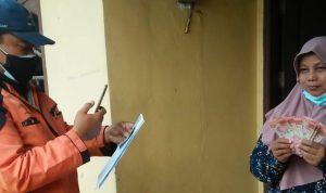 Salah seorang KPM saat menerima dana BST melalui petugas Kantor Pos Kota Depok