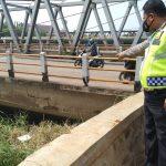 JEMBATAN DAYEUHKOLOT: Unit Lantas Polsek Dayeuhkolot memperlihatkan bagian retak di Jembatan Dayeuhkolot.
