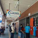 ANTRE: Sejumlah pelanggan mengantre di toko tekstil, Jl. Otista, Kota Bandung.