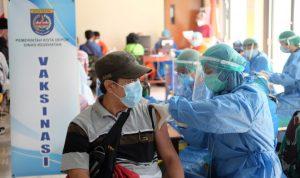 ILUSTRASI: Seorang warga menjalani vaksinasi.