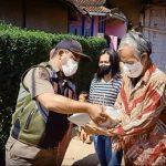 Penyaluran bantuan dari Kecamatan Cikancung, Kabupaten Bandung kepada warga, beberapa waktu lalu.