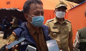 Suryatman (kiri) bersama Wakil Bupati Sumedang, Erwan Setiawan (kanan) di tenda pengungsian korban longsor sementara, beberapa waktu lalu.