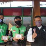 Sejumlah pengemudi ojol dan salah satu relawan ACT Cimahi lakukan foto bersama setelah mendapatkan jatah makanan gratis, Jumat (30/7). (Intan Aida/Jabar Ekspres).
