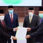 Sekda Kota Depok terpilih, Supian Suri (kiri) saat serah terima jabatan dari Pjs Sekda sebelumnya di gedung Balai Kota Depok (Diskominfo)