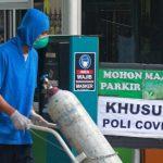 ILUSTRASI: Petugas membawa tabung oksigen. (Guntur Aga Tirtana/Radar Jogja)