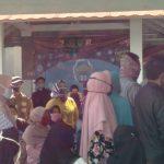 Kerumunan warga Desa Cikuya saat hendak mengikuti program vaksinasi di Desa Cikuya, Kecamatan Cicalengka, Kabupaten Bandung pada Kamis (8/7). (Yanuar Baswata/Jabar Ekspres)