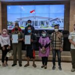 Sejumlah anggota DPRD Jawa Barat foto bersama personel Satpol dan Komunitas Musik Jalanan (KMJ). (ANTARA/HO-Humas DPRD Jabar)