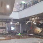 Bagian Bangunan di Margonda city Mall terlihat ambruk oleh beban lif barang.