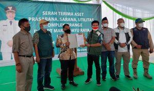 Bupati Bandung Dadang Supriatna menerima surat penyerahan aset fasilitas umum salah satu perumahan.