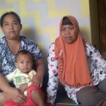 Fatimah, 60 (kanan) bersama Rina Sulastri, 33 (kiri) di kediamannya, Dusun Cicadas, RT01 RW03, Desa Tanjungwangi, Kecamatan Cicalengka, Kabupaten Bandung pada Minggu (22/8). (Yanuar Baswata/Jabar Ekspres)