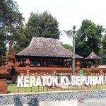 Pemandu wisata di Keraton Kasepuhan Cirebon saat memandu para pengunjung di Cirebon, Jawa Barat, Selasa (1/6/2021). (ANTARA/Khaerul Izan)