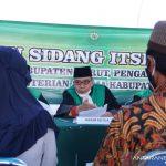 Pasangan suami istri mengikuti sidang isbat nikah di Garut Kota, Kabupaten Garut, Jawa Barat, Jumat (27/8/2021). (ANTARA/HO-Diskominfo Garut)
