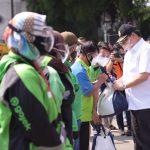 Menteri Koordinator Bidang Ekonomi Airlangga Hartarto ketika memberikan bantuan kepada para pengemudi Ojol