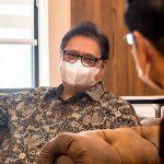 Menteri Koordinator Bidang Perekonomian Airlangga Hartarto sedang berdiskusi mengenai kemajuan penanganan Pandemi Covid-19.