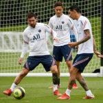 Lionel Messi saat berlatih dengan rekan-rekannya di PSG. Dia siap berlaga dinihari nanti. (AFP)
