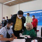 Mentei Koordinator Bidang Perekonomian Airlangga Hartarto mengunjungi sentra vaksin.