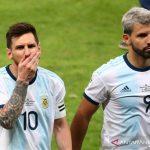 Lionel Messi (kiri) dan Sergio Aguero saat berseragam timnas Argentina. ANTARA/REUTERS/PILAR OLIVARES