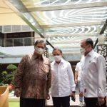Airlangga Hartarto bersama MEnpora dan Ketua PSSI ngobrol santai