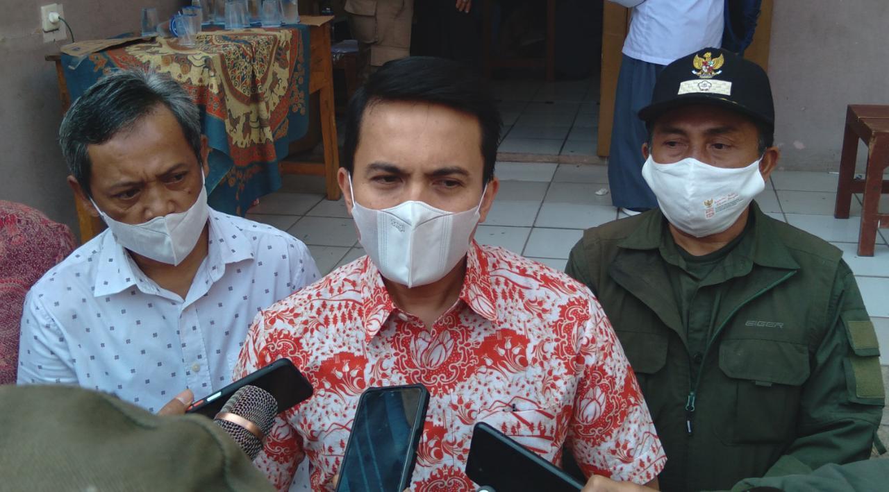 Wakil Bupati Bandung, Sahrul Gunawan (tengah) bersama Kepala Desa Tenjolaya, Mamad (kanan) dan Ketua Yayasan Pendidikan Bina Muda (Teddy Ambari) pada Sabtu (18/9). (Yanuar Baswata/Jabar Ekspres)