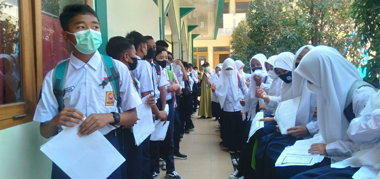 Para pelajar SMP Yayasan Bina Muda saat mengantre untuk divaksin. (Yanuar Baswata/Jabar Ekspres)